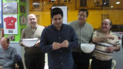 Medina, en el centro, fue el encargado de cantar el sorteo de cestas. Lo hizo al más puro estilo ESPN