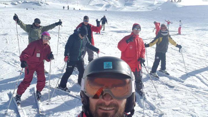 El profe Alejando Molina, en primer plano, y los de la vivencia en la nieve