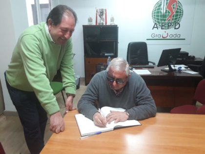 El entrenador de baloncesto Iñaki Iriarte visita la sede de la AEPD Granada