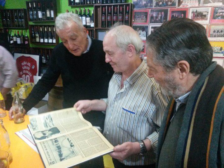 El propietario de la Taberna andaluza, Manuel García, muestra a Osvaldo Menéndez y Juan Torres reliquias del fútbol