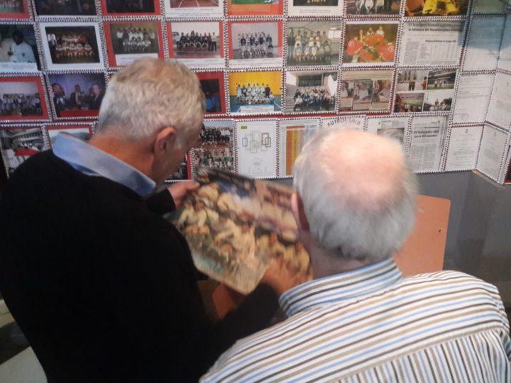 Osvaldo Menéndez observa fotografía deportivas de la colección de la Taberna Andaluza