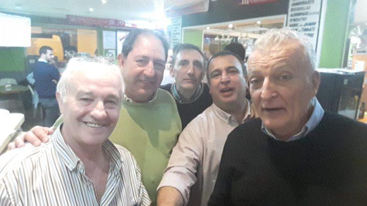 El propietario de la Taberna Andaluza, Manuel García. junto a Antonio Rodríguez, Víctor Romero, Pablo Quílez y Osvaldo Menéndez