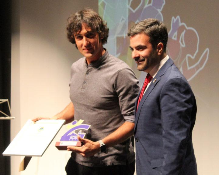 José Antonio Sánchez de Luna, el Mejor Deportista de 2019 recibe el premio de manos del alcalde de Loja, Joaquín Camacho
