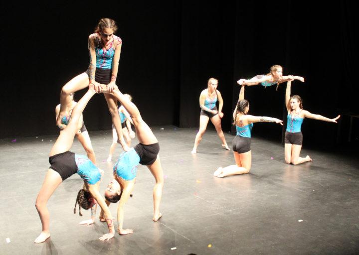 Exhibición de gimnasia acrobática por parte del club de la localidad