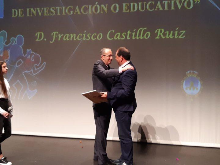 El presidente de la AEPD Granada, Antonio Rodríguez, en el momento de hacer entrega del premio a Paco Castillo