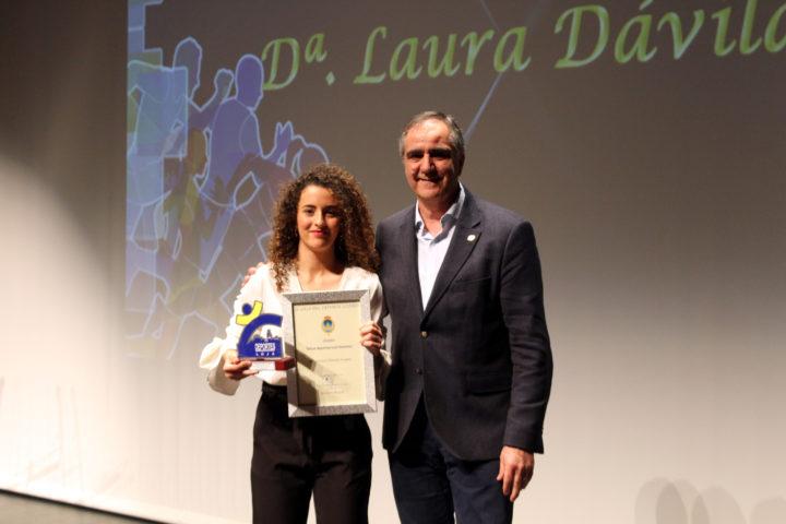 Laura Dávila tras recoger el premio a la Mejor Deportista del año, que le entregó su tutor del instituto en el que estudia